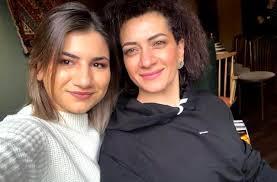 Աննա Հակոբյանին ու դուստրերին Մոսկվայում դիմավորել են «դավաճաններ», «վիժվածքների ընտանիք» կոչերով. Mediaport