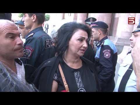 Սևազգեստ մայրերը՝ կառավարության դիմաց. վարչապետը եկավ և գնաց